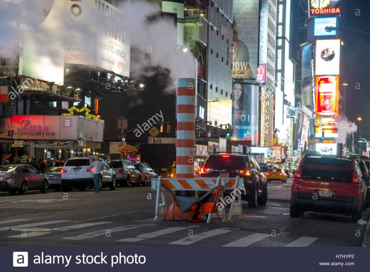 con-edison-steam-system-stack-venting-vapour-into-the-night-on-7th-h7hyp2